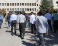 Ekinleri kuruyan çiftçiler, DSİ 15. Bölge Müdürlüğü önünde toplandı