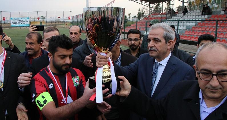 Demirkol,Haliliye Belediyesi 1.amatör ligi şampiyonuna kupasını verdi