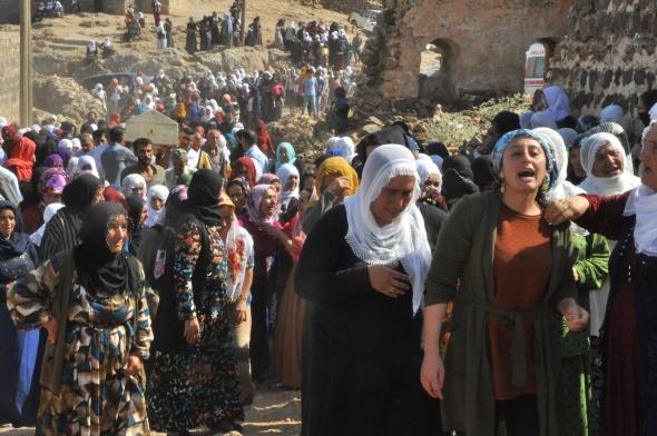 Şehit olan anne ve iki kızı yan yana toprağa verildi