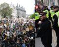 Irkçılık protestolarında 14 polis yaralandı