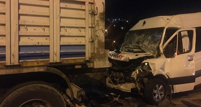 İşçi servisi kamyona çarptı: 12 yaralı