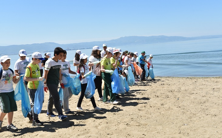 Gönüllü çevrecilerle sahil temizliği