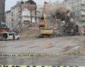 Hasar gören binaların yıkımı devam ediyor