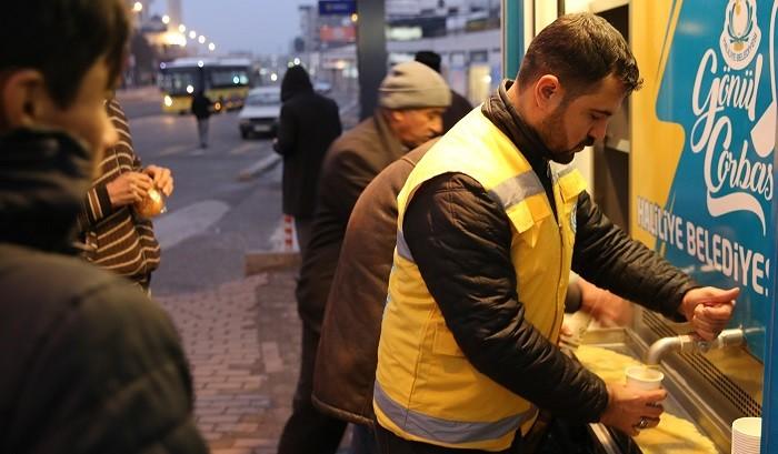 Belediye, soğuk havalarda vatandaşların içini ısıtıyor