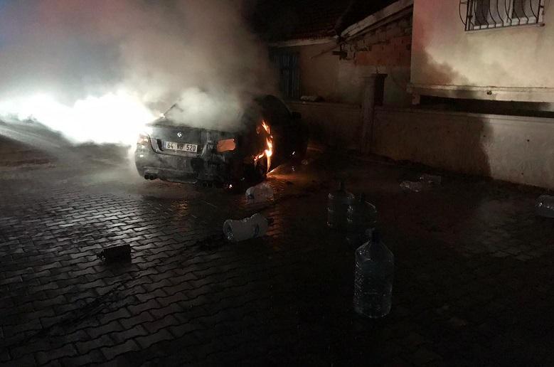 Uşak'ta park halindeki 2 otomobil yandı