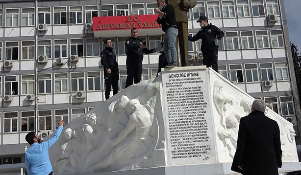 Atatürk heykeline çıkarak intihar etmek istedi