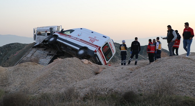 Ambulans taşıyan çekici yol kenarına uçtu