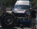 Ambulansla traktör çarpıştı