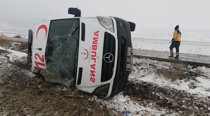 Hasta taşıyan ambulans devrildi: 5 yaralı