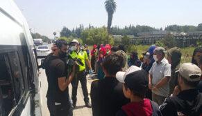 Polisin durduğu 14 kişilik minibüsten 35 kişi çıktı