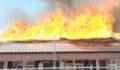 Bir binanın çatısı alev alev yanarak küle döndü
