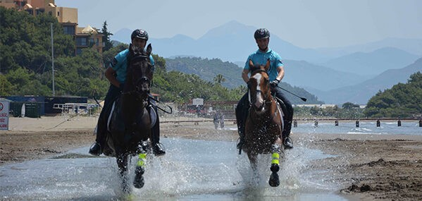 Dünyaca ünlü plajda atlı jandarmalar göreve başladı