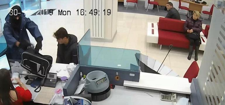 Bankada soygun anı kamerada