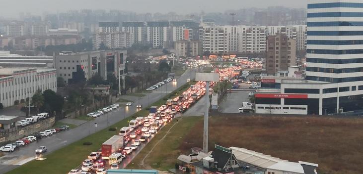 Yağmur trafiği kilitledi