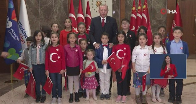 Cumhurbaşkanı Erdoğan, çocuklarla birlikte İstiklal Marşı'nı okudu