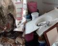 Dağdan kopan devasa kaya evi deldi