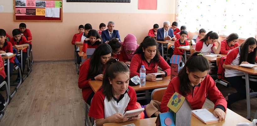 Demirkol, öğrencilerle birlikte kitap okudu