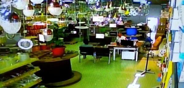 Deprem anı kameralara yansıdı