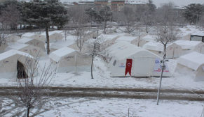 Deprem bölgesi güne kar ile uyandı
