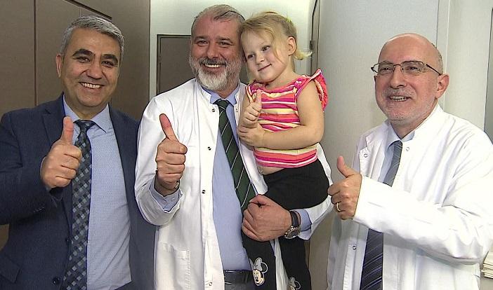 Eşini muayene ederken, kızında tümör tespit etti