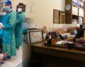 Fenalaşan doktor ayağına serum takıp ameliyata devam etti