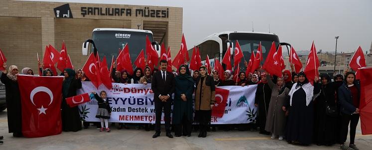 Eyyübiyeli kadınlar Mehmetçik'e  dua için sınıra gitti