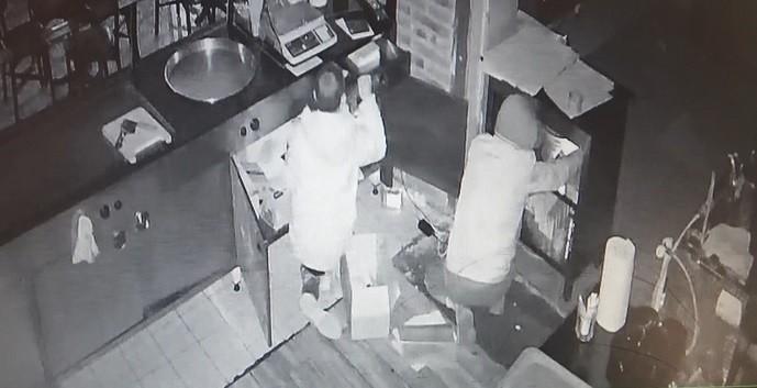 Pastahane hırsızları yakayı ele verdi