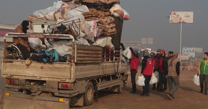Göç yolundaki ailelere acil yardım paketi