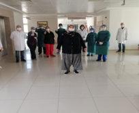 Koronavirüsü yenen hastalar alkışlarla uğurlandılar