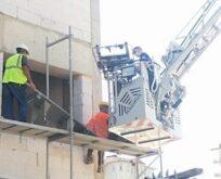İşçi inşaat iskelesinde mahsur kaldı