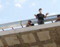 10 inşaat işçisi çatıya çıkarak eylem yaptı