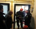 Mahsur kalan kadını itfaiye ekipleri kurtardı