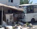Minibüs evin duvarına çarptı
