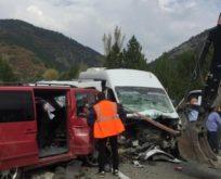 2 minibüs çarpıştı: 1 ölü, 15 yaralı