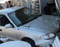 Otomobil kontrolden çıkarak kuaföre girdi