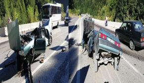 Feci kazada araç ikiye ayrıldı