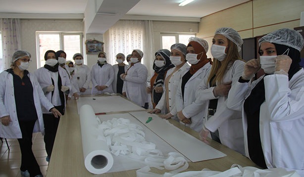 Şanlıurfa'da koronavirüse karşı maske üretiliyor