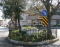 Sokak ortasında kalan mezar dikkat çekiyor