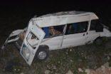Minibüs tarlaya yuvarlandı çok sayıda yaralı var