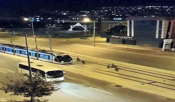 Çocukların tramvayla tehlikeli oyunu