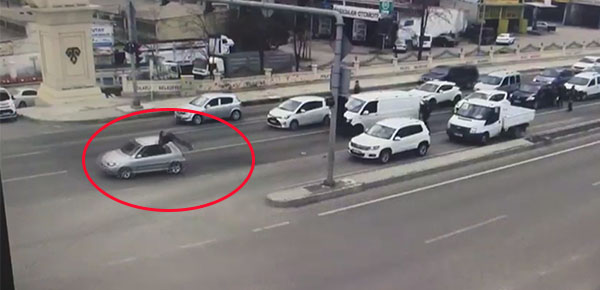 Polis şüpheli aracın önüne atladı