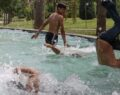 Çocuklar süs havuzlarına koştu