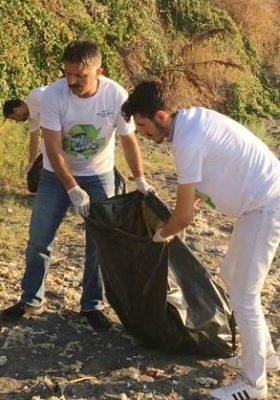 Çevreci gençler sahil temizliğinde