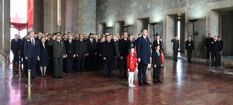Selçuk öğrencilerle birlikte Anıtkabir'i ziyaret etti