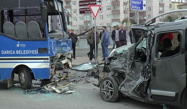 Öğrenci servisi kaza yaptı: 27 yaralı