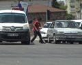 Çocuklar araçların arasına dalıp su satmaya çalışıyor