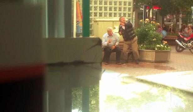 Bankta oturan yaşlılara su attılar