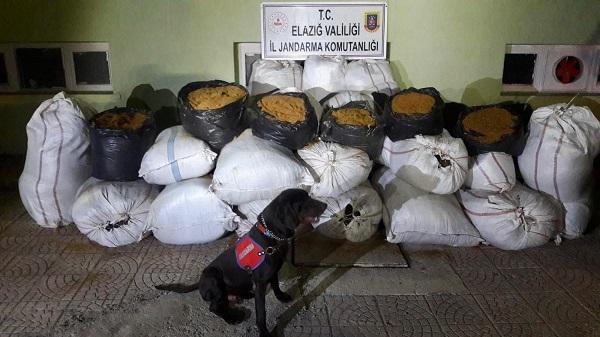 Jandarma 2 ton 370 kilo kaçak tütün ele geçirdi