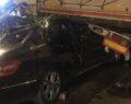 Otomobil tıra çarptı: 1'i ağır 2 kişi yaralı