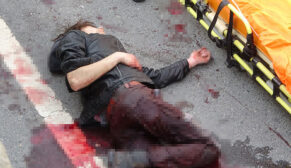Yol kenarında araçlara taş atan genç bıçaklandı